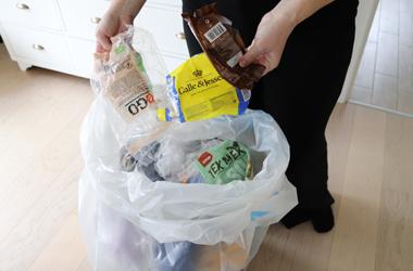 Forskelligt blødt plastaffald lægges i affaldssæk