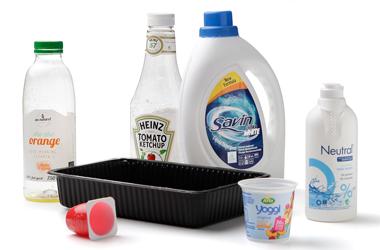 Kødbakke, juiceflaske og andet plastaffald